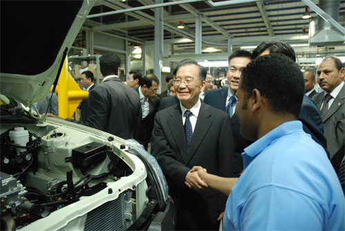 温总理与工人亲切握手