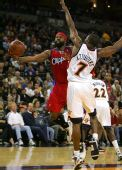 图文:[NBA]快船战胜勇士 戴维斯低手上篮