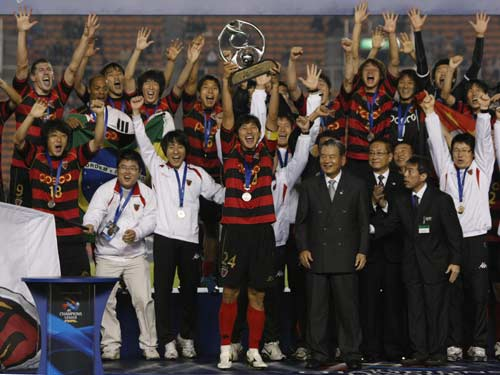 图文:[亚冠]浦项2-1伊蒂哈德夺冠 举起奖杯