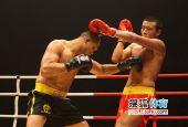 图文:中国散打超级联赛 避过重拳猛击对手腹部