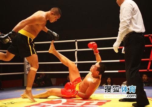 图文:中国散打超级联赛 广东张庆军击倒对手