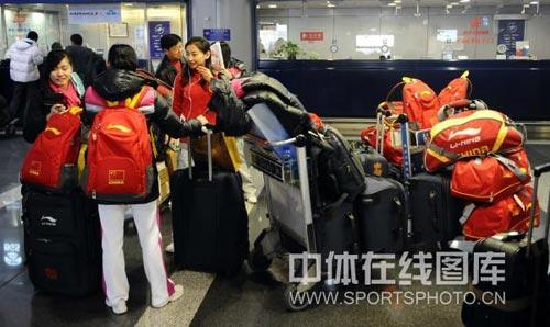 图文:中国蹦床队出征世锦赛 行李堆积如山