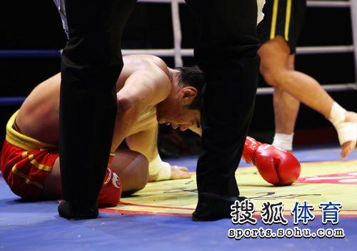 图文:CKA河南队3-2险胜安徽 黯然倒地
