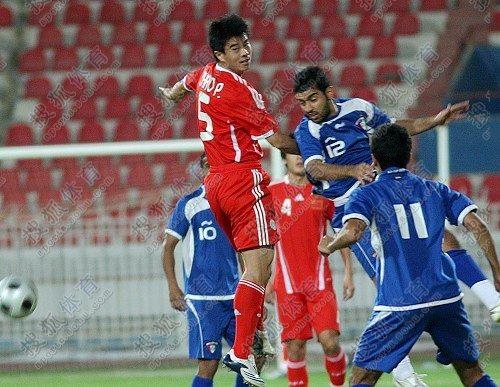 图文:[热身赛]国足2-2科威特 看谁跳的高