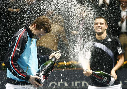 两人对喷香槟庆祝