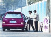 """武汉街头报废的士有人""""岔着收售"""""""