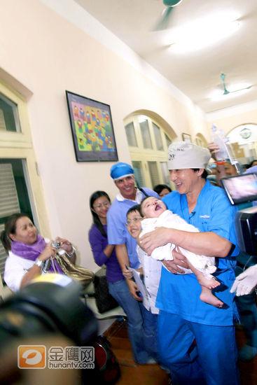 成龙于越南河内参加微笑行动,20年来首做医生助护的角色