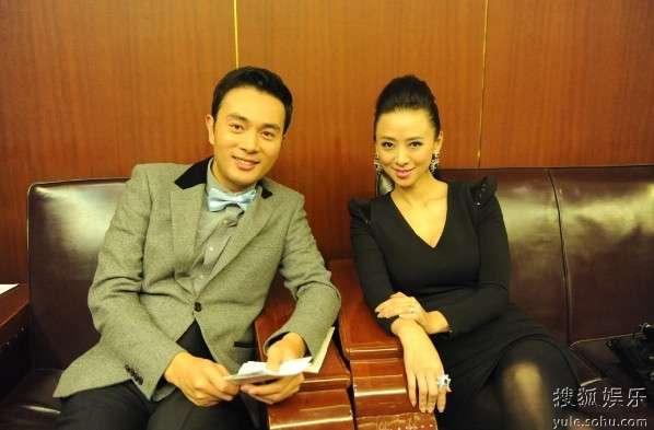 金毅(左)在后台与翁虹(右)谈笑风生
