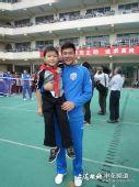 图文:[中超]申花与学生互动 王大雷抱小孩
