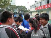 图文:[中超]申花与学生互动 王大雷认真