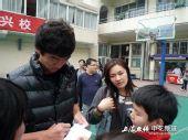 图文:[中超]申花与学生互动 美女老师与戴琳