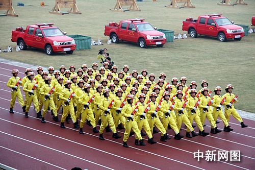 二阶方阵_图为浙江消防部队在汇演上的整齐方阵.