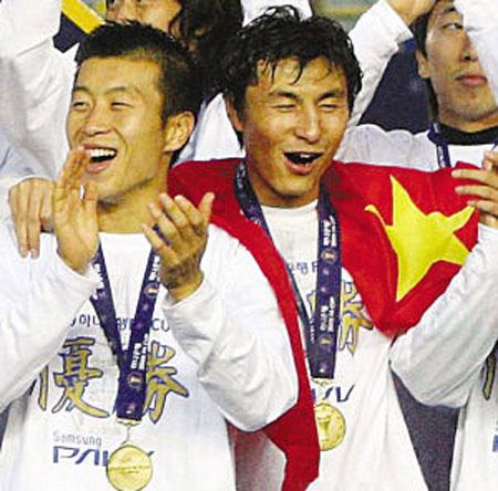 李玮峰身披五星红旗捧杯