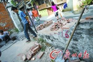 昨日下午,被撞塌的围墙和铁门已开始修复。记者海国 摄