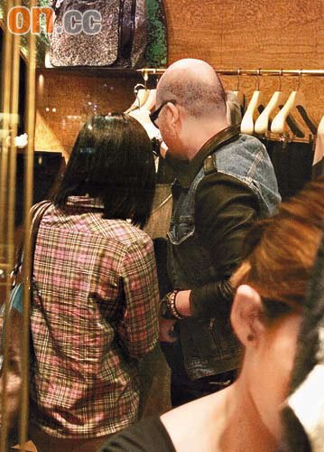 黄伟文于店内不停为邓萃雯选衣服,十分认真。