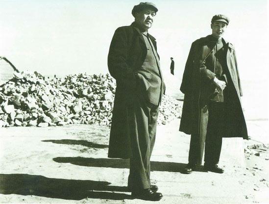 1954年1月31日,毛泽东主席在杭州钱塘江视察(右为王芳)。