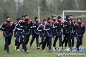 图文:[国青]队员寒风中苦练 全队慢跑