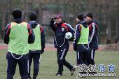 图文:[国青]队员寒风中苦练 助教指挥训练