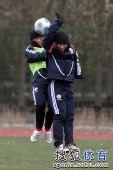 图文:[国青]队员寒风中苦练 张稀哲头球