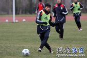 图文:[国青]队员寒风中苦练 胡人天传球