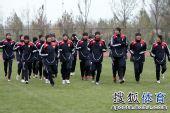 图文:[国青]队员寒风中苦练 跑圈热身