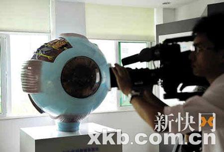 昨日,境内外大批记者赶到中大中山眼科中心采访。新快报记者王小明/摄