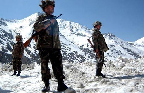 资料图:印度边防士兵在高原上执行任务