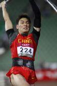 图文:亚锦赛次日男子撑杆跳 刘飞亮插杆起跳