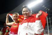 图文:亚锦赛次日女子链球 张文秀与队友庆祝