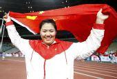 图文:亚锦赛次日女子链球 张文秀身披国旗