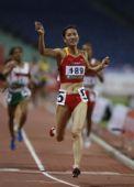 图文:亚锦赛次日女子1500米 周海燕冲线瞬间