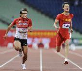 图文:亚锦赛次日男子100米 张培萌撞线瞬间