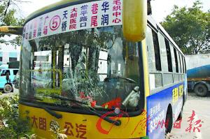 公交车的挡风玻璃在车祸中破碎。