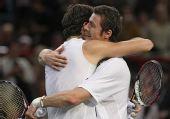 图文:巴黎大师赛男单次轮 赛后二人相拥
