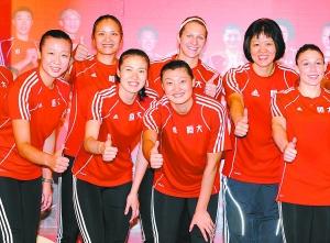 郎平(右二)与冯坤(左一)、周苏红(左三)、杨昊(左四)等球员在恒大女排启航仪式上合影。新华社发