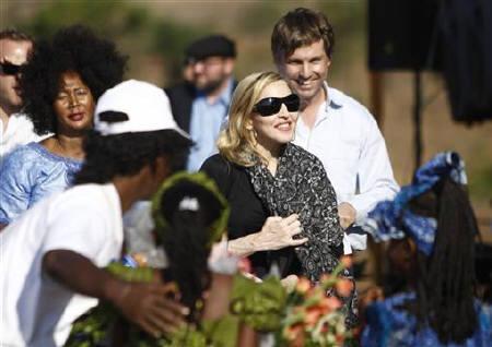 美国歌手麦当娜在马拉维参加一座女校的奠基仪式。.jpg