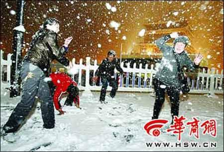 11月11日,入夜后雪花越飘越大 (来源:华商网)