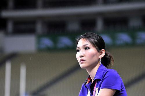 图文:田径亚锦赛靓丽身影 美女记者表情专注