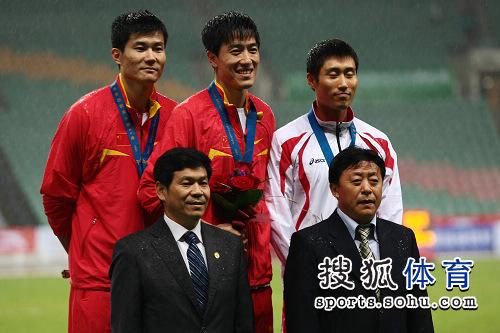 图文:刘翔成就亚锦赛三冠王 大家合影