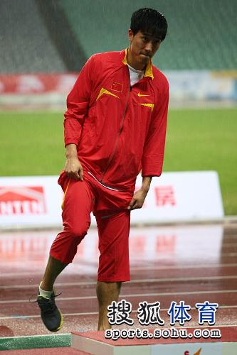 图文:刘翔成就亚锦赛三冠王 飞人准备领奖