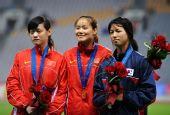 图文:亚锦赛女子撑杆跳 前三名选手合影
