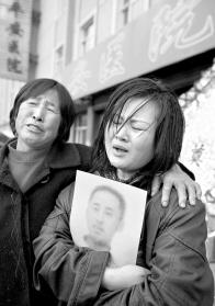 死者的母亲和妻子本报记者 张英男 摄