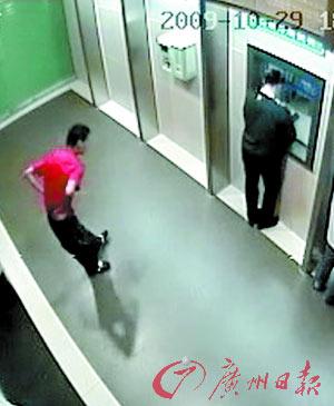 10月29日下午,夏女士来到该银行柜员机上取款。