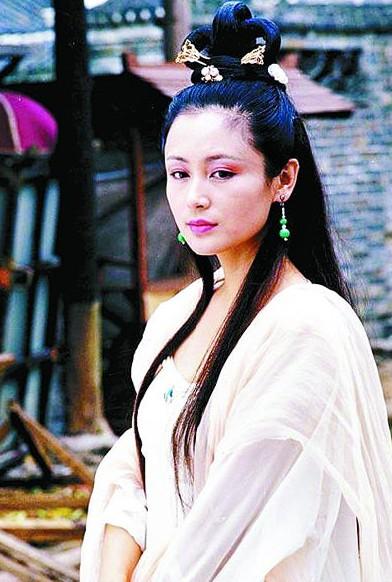 《春光灿烂猪八戒》陈红版嫦娥扮相发型和服装很简洁