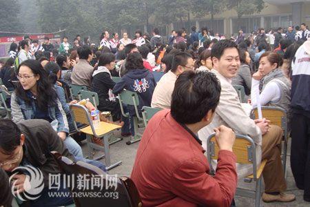 成都实验外国语学校老师罢课现场(记者 杜成)