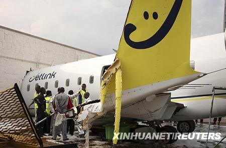 11月12日,在卢旺达首都基加利机场,救援人员查看事故现场。新华社/路透