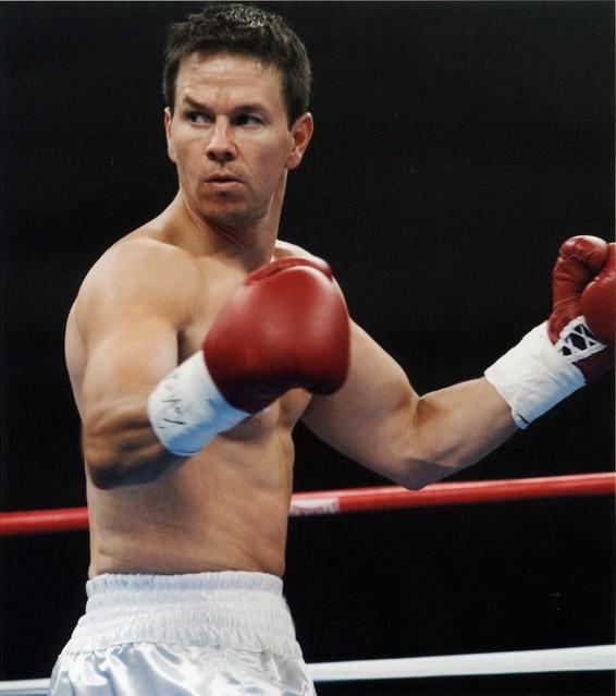 马克-沃尔伯格的半裸拳击造型