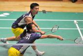 图文:香港羽球赛1/4决赛战况 两人共争一球