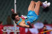 图文:亚锦赛男子跳高 选手碰掉横杆