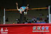 图文:亚锦赛男子跳高 选手过杆瞬间